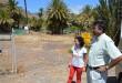 Angel-Luis-Castilla-y-Angélica-Padilla-junto-al-vallado-de-la-zona-de-acampada-de-Avalos